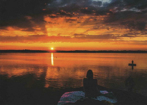 Auringonlasku järven rannalla