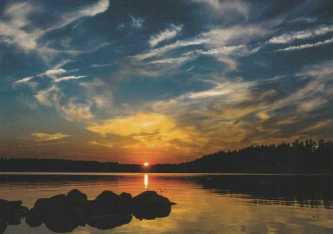 Auringonlasku järvellä