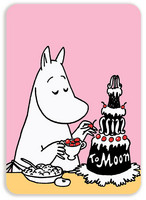 Moominmamma decorates the cake