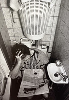 Mies ja sanomalehti vessassa