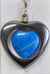 Riipus sininen howliittisydän hematiittisydämen sisällä