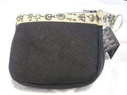 Pussukka wallet musta verka, koristenauhassa noitarumpumerkkejä
