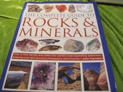 Kirja: Rocks&minerals, Iso 23x30cm, 256 sivua, kovakantinen, yli 800 värikuvaa, kieli: englanti