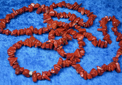 Helmet punainen jaspis 90cm sipsimalli
