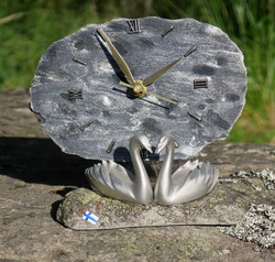 Pöytäkello JOUTSEN pariskunta sammalkivi kvartsiitti ja hopealoimu
