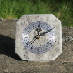Pöytäkello harmaankirjava marmori taustatuella M6