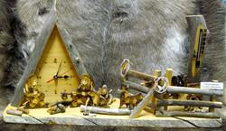 Pöytäkello lämpömittarilla kelopuuta pituus 56cm elämää poroaidalla