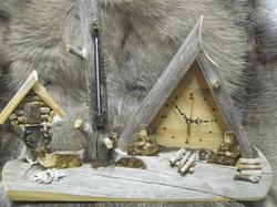 Pöytäkello lämpömittarilla kelopuuta 46cm pitkä , nimi nokipannukahvit