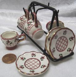 Nukkekotiin: astiatelineessä,  4 kahvikuppia lautasineen, roosa (ruudukko keskellä)