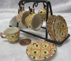 Nukkekotiin: astiateline,  4 kahvikuppia lautasineen, keltainen