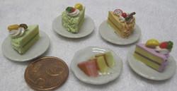 Nukkekodin ruoka: täytekakkupala valkoisella lautasella