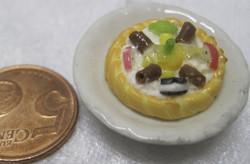 Magneetti: Nukkekodin ruoka: hedelmätorttu valkoisella lautasella