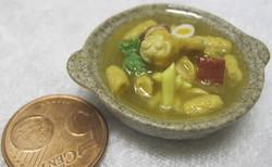 Nukkekodin ruoka: kanakeitto ruskealla lautasella