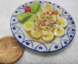 Magneetti: Nukkekodin ruoka: halkaistut kananmunat sinivalkoisella lautasella