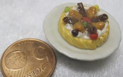 Magneetti: Nukkekodin ruoka: hedelmäpiirakka valkoisella lautasella
