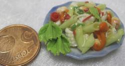 Nukkekodin ruoka: salaattiateria sinisellä pyöreällä lautasella