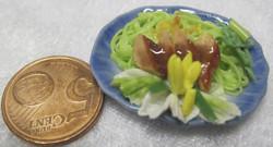 Nukkekodin ruoka: pinaattipasta, lihaa, salaattia sinisellä ovaalilla lautasella