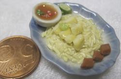 Magneetti: Nukkekodin ruoka: riisilounas,dippauskupilla sinisellä ovaalilla lautasella