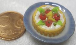 Magneetti: Nukkekodin ruoka: hedelmätorttu sinisellä lautasella