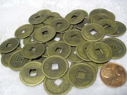 Kiinalainen onnenraha, koko n. 2,3cm, neliskulmainen reikä keskellä.
