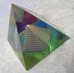 Lasipyramidi, jonka sisällä pyramidi, koko n. 47x47mm