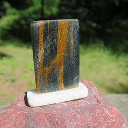 Tiikerinsilmä 25x39x4mm, marmorialustalla