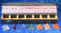 Chakrahoitosetti 7 kivipyramidia 25mm, nahkakotelossa