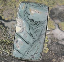 Hopeasormus tinguaiitti 21mm iso kulmikas kivi 17x32mm. Harvinainen