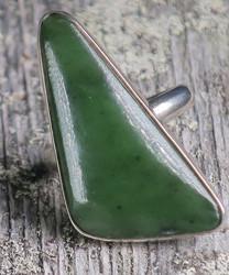 Sormus: nefriitti 17,7mm säädettävä, kulmikas kivi 15x32mm. Unikki!