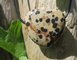 Kaulakoru dalmatianjaspissydän 3x3cm porattu riipus