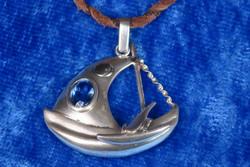 Hopeariipus purjevene 28x30mm viistehiottu sininen topaasi purjeessa