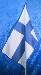 Suomen lippu 30x45cm kantattu, 60cm puuvarressa. Kullan värinen nuppi.