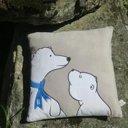 Tyyny sohvatyyny jääkarhu ja pentu, huivissa Suomen lippu