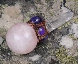 Chakrahoitosauva: Ruusukvartsipallo, 6 ametistia ja vuorikidekärki 9cm