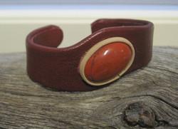 Nahkarannekoru punainen jaspis 18x23mm ruosteenpunainen nahka lev 26mm