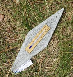 Lämpömittari graniitti 25x7cm salmiakin mallinen