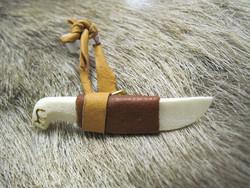Maskottipuukko poronsarvi ja nahka 58mm hakaneulakiinnitys