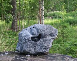 Kivenhenki  18,9kg naurava ilme, vuolukivi uniikki pihakoriste