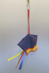 Maskotti 4-tuulenlakki sininen, hakaneulakiinnitys
