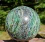 Pallo fuksiitti ja kyaniitti 1,2kg 85mm kivipallo. Katso video