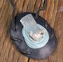 Kaulakoru: Akvamariinikideriipus, nahkasomistein, 43x35mm musta, Unikki!