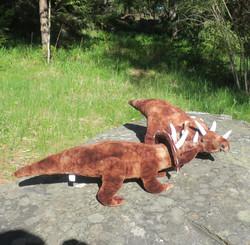 Pehmolelu dinosaurus eli hirmulisko ruskea, pituus 53cm