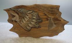 Seinäkoriste susi, puulle veistetty