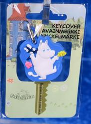 Avainmerkki avaimen päälle. Muumipeikko heiluttaa suomenlippua
