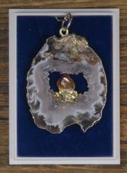 Riipus: akaattigeodin siivu, jonka keskellä sitriinikide (c)