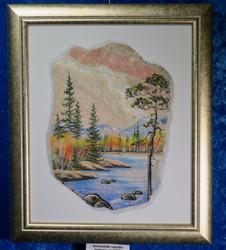 Taulu: Lapin ruska. Kuva tehty kivimurskalla dolomiitille. (g)