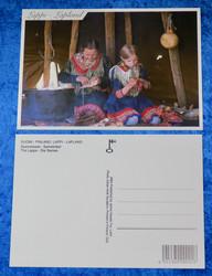 Postikortti Saamelaiset  naisten käsitöitä tekemässä