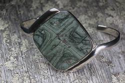 Hopearannekoru tinguaiitti neliö 32x32mm 925-hopea. Harvinainen kivi