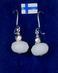 Korvakorut: valkoinen viistehiottu synteettinen kivi, hopeakoristein
