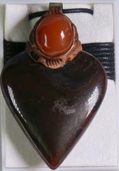 Riipus: Karneoli hahmo liukusolmunauhassa